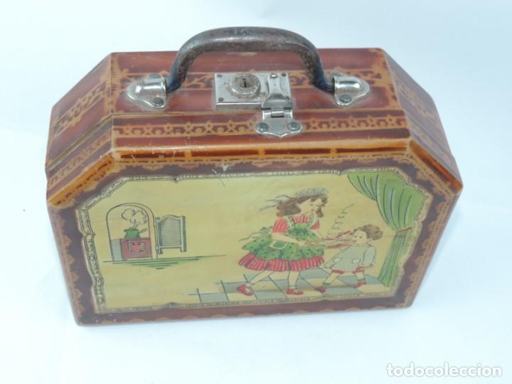 Cajas y cajitas metálicas: Cabas de madera con ilustración de Criada llevando el desayuno al niño a su cargo, años 50, mide 27 - Foto 2 - 163712238