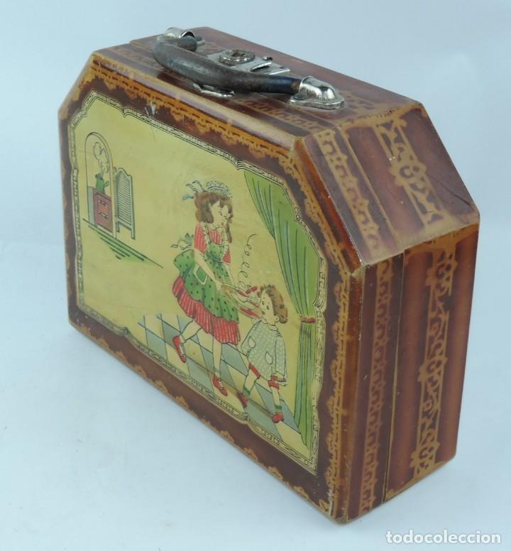 Cajas y cajitas metálicas: Cabas de madera con ilustración de Criada llevando el desayuno al niño a su cargo, años 50, mide 27 - Foto 3 - 163712238