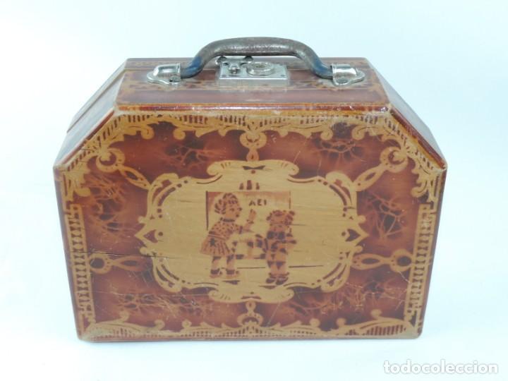 Cajas y cajitas metálicas: Cabas de madera con ilustración de Criada llevando el desayuno al niño a su cargo, años 50, mide 27 - Foto 4 - 163712238