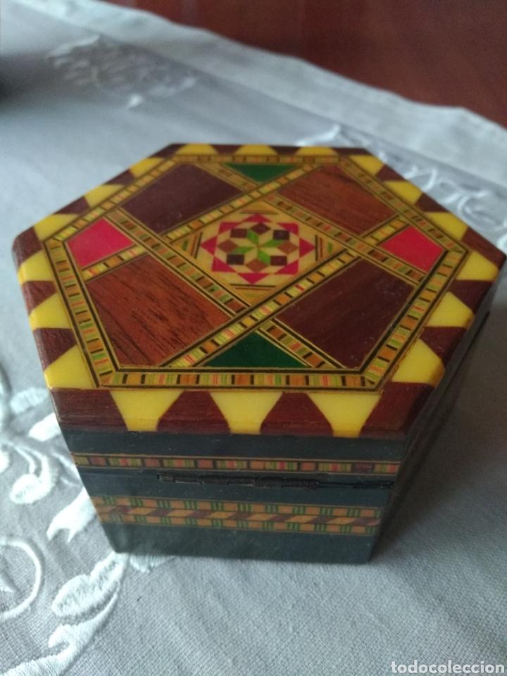 JOYERO ( ARTESANÍA DE GRANADA ANTIGUA ) CON INCRUSTACIONES. MÁS ARTÍCULOS ANTIGUOS EN MÍ PERFIL (Coleccionismo - Cajas y Cajitas Metálicas)