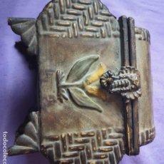 Cajas y cajitas metálicas: CAJA METÁLICA REPUJADA. Lote 146657770