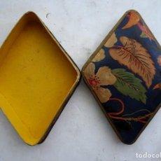 Cajas y cajitas metálicas: CAJA CARTÓN ANTIGUA – ROMBOIDAL. Lote 171181094