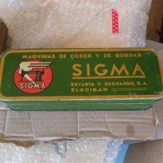 Cajas y cajitas metálicas: ANTIGUA CAJA MAQUINA DE COSER SIGMA. Lote 172937599