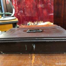 Cajas y cajitas metálicas: ANTIGUA CAJA FUERTE MONEDERO DE METAL CON LLAVE ORIGINAL - MEDIDA 30X19X8 CM. Lote 173290262