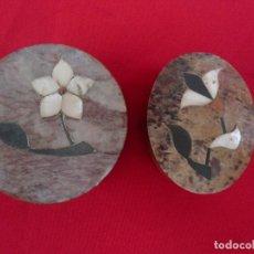 Cajas y cajitas metálicas: CAJITA EN PIEDRAS DURAS Y NACAR. LOTE DE 2: CIRCULAR Y OVALADA. Lote 175877809
