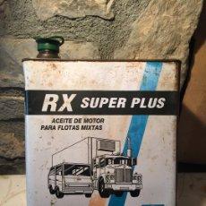 Cajas y cajitas metálicas: ANTIGUA LATA DE ACEITE RX SUPER PLUS ACEITE DE MOTOR PARA FLOTAS MIXTAS MARCA CASTROL . Lote 176844164
