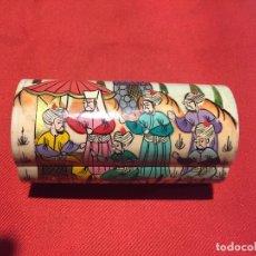 Cajas y cajitas metálicas: ANTIGUA PEQUEÑA CAJA / CAJITA / PASTILLERO HUESO ESTILO ORIENTAL PINTADA Y TALLADA A MANO AÑOS 60-70. Lote 176848974