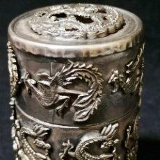 Cajas y cajitas metálicas: ANTIGUA CAJA LABRADA CON MAGNIFICOS DRAGONES MARCAJE EN LA BASE. Lote 177336323