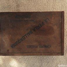 Cajas y cajitas metálicas: MUY ANTIGUA CAJITA DE MADERA DE BOMBONES SELECTOS LA PERLA MALLORQUINA, BARCELONA. Lote 179008120