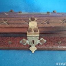 Cajas y cajitas metálicas: PRECIOSA HUCHA BAUL DE MADERA AÑOS 70. Lote 180020425