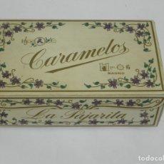 Cajas y cajitas metálicas: ANTIGUA CAJA DE CARTON DE CARAMELOS LA PAJARITA, CALLE PUERTA DEL SOL, 6 DE MADRID, MIDE 18 X 10,5 X. Lote 180439970