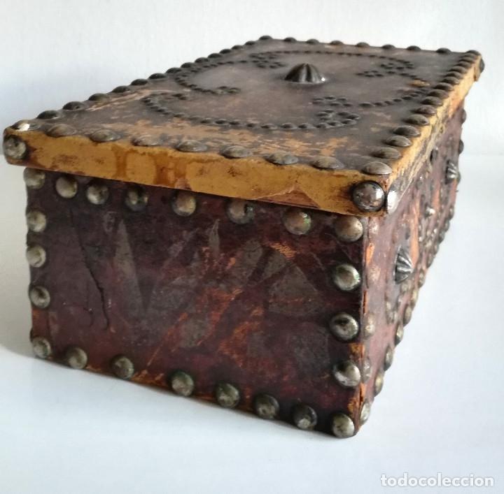 Cajas y cajitas metálicas: Antigua caja joyero cofre madera tachuelas remaches interior terciopelo sin carcoma - Foto 4 - 182164526