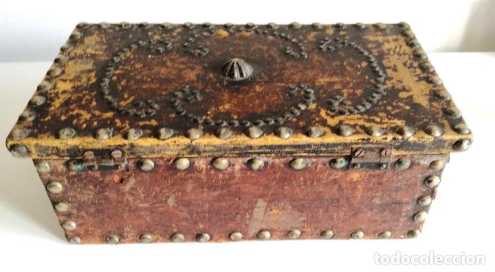 Cajas y cajitas metálicas: Antigua caja joyero cofre madera tachuelas remaches interior terciopelo sin carcoma - Foto 5 - 182164526