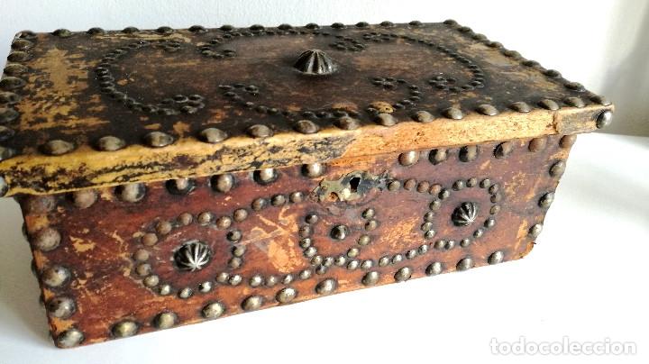 Cajas y cajitas metálicas: Antigua caja joyero cofre madera tachuelas remaches interior terciopelo sin carcoma - Foto 7 - 182164526
