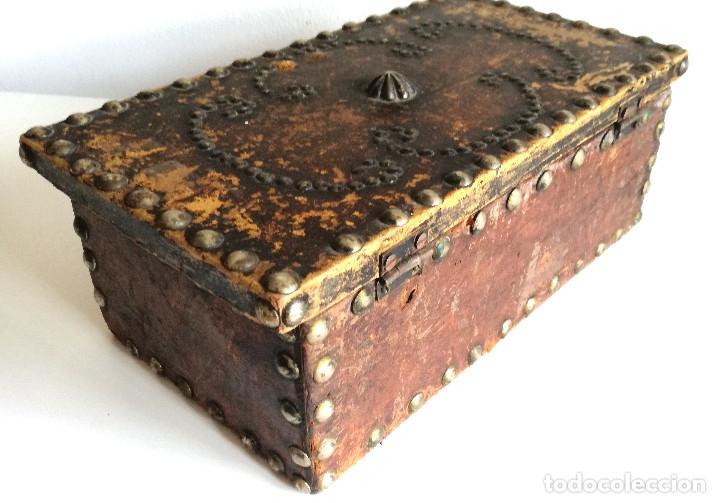 Cajas y cajitas metálicas: Antigua caja joyero cofre madera tachuelas remaches interior terciopelo sin carcoma - Foto 8 - 182164526