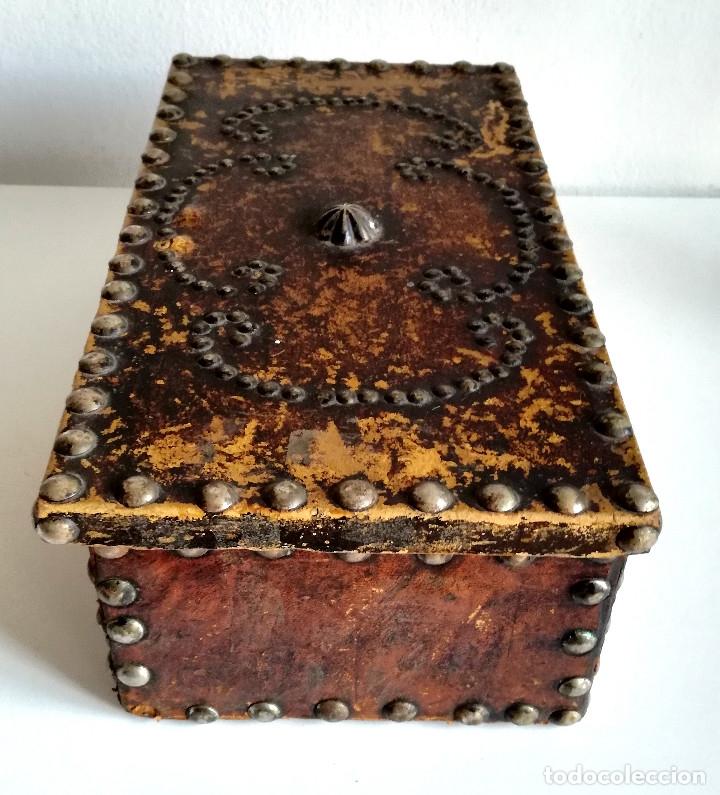 Cajas y cajitas metálicas: Antigua caja joyero cofre madera tachuelas remaches interior terciopelo sin carcoma - Foto 10 - 182164526