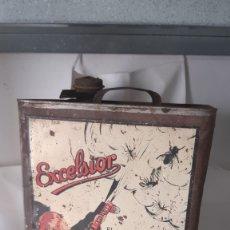 Cajas y cajitas metálicas: LATA ANTIGUA INSECTICIDA EXCELSIOR FABRICANTE ANTONIO CAUBET BARCELONA MEDIDAS: 37 X 23 X 23 . Lote 182319835