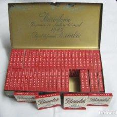 Cajas y cajitas metálicas: CAJA DE METAL COLOR ROJO, EXPOSICIÓN INTERNACIONAL BARCELONA 1929 CON 50 LIBRITOS PAPEL FUMAR BAMBÚ. Lote 183826618