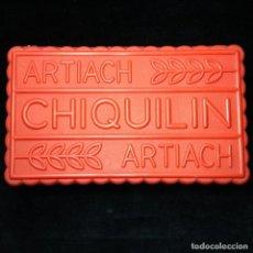 Cajas y cajitas metálicas: ANTIGUA CAJA DE GALLETAS CHIQUILIN - ARTIACH - PLASTICO ROJO - . Lote 184037397
