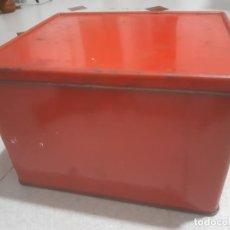 Cajas y cajitas metálicas: CAJA DE LATA ROJA LISA 20 X 16 X 13 CMS.. Lote 184137735