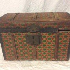 Cajas y cajitas metálicas: BAÚL FORRADO DE HOJALATA. Lote 184635685