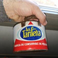 Cajas y cajitas metálicas: LATA DE CONSERVAS. LA TARIFEÑA. CONVERTIDA EN CAZO. 1963. Lote 185937025