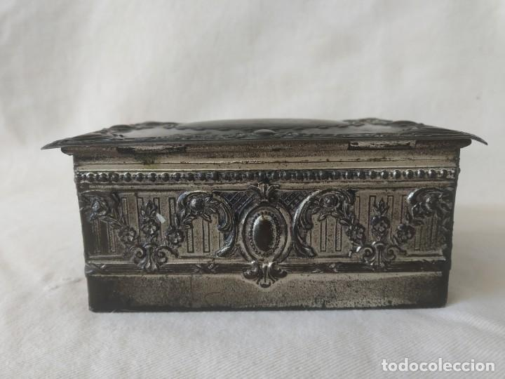 Cajas y cajitas metálicas: CAJA CHAPA - HOJALATA EN RELIEVE - REPUJADA - AÑOS 20/30 - Foto 2 - 187094033