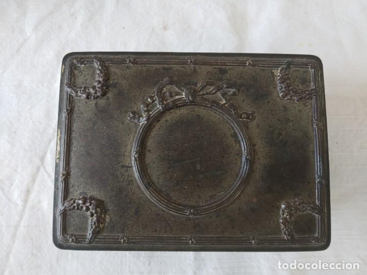 Cajas y cajitas metálicas: CAJA CHAPA - HOJALATA EN RELIEVE - REPUJADA - AÑOS 20/30 - Foto 2 - 187095156