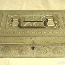 Cajas y cajitas metálicas: HUCHA DE HOJALATA AÑOS 40. MED. 15 X 8 X 5 CM. Lote 187332028