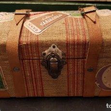 Cajas y cajitas metálicas: ANTIGUA CAJA COFRE BAUL DE BOMBONES CON ETIQUETAS DE HOTELES DE MADERA Y TELA. Lote 188423723