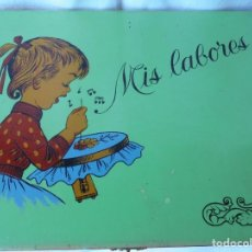 Cajas y cajitas metálicas: ANTIGUA CAJA COSTURERO MIS LABORES DE MADERA PINTADA A MANO. Lote 192555961