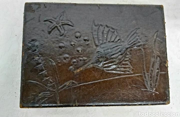 Cajas y cajitas metálicas: CAJA MADERA Y PIEL REPUJADA PP. S.XX FAYANS CATALAN BARCELONA - Foto 2 - 192748623