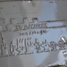 Cajas y cajitas metálicas: LATA DEL AJEDREZ DE MARISCAL - VACÍA - CAJA. Lote 192954801