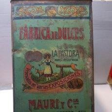 Cajas y cajitas metálicas: LATA HOJALATA GRANDE BOMBONES FINOS LA PASTORA RARA . Lote 193276546