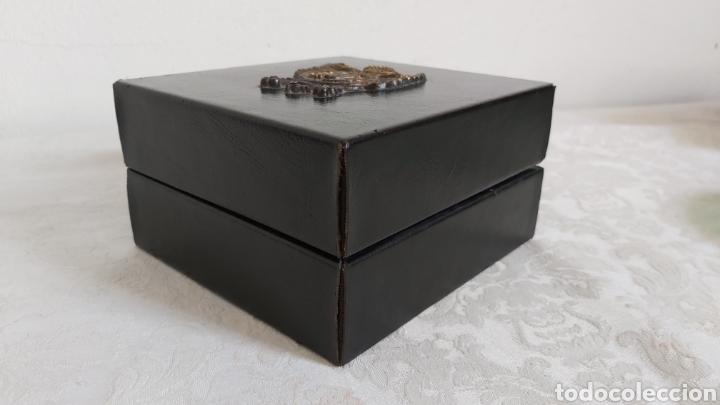 Cajas y cajitas metálicas: CAJA DE MADERA FORRADA DE PIEL CON ESCUDO DE METAL - Foto 2 - 193854918