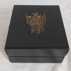 Cajas y cajitas metálicas: CAJA DE MADERA FORRADA DE PIEL CON ESCUDO DE METAL. Lote 193854918