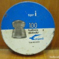 Cajas y cajitas metálicas: ANTIGUA CAJA DE BALINES GAMO 100. LLENA. Lote 194155951