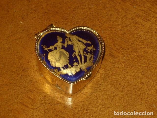 CAJA PASTILLERO CON IMAGEN ROMANTICA EN PORCELANA,CREO QUE LIMOGES!! (Coleccionismo - Cajas y Cajitas Metálicas)