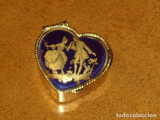 Cajas y cajitas metálicas: CAJA PASTILLERO CON IMAGEN ROMANTICA EN PORCELANA,CREO QUE LIMOGES!! - Foto 3 - 194241856