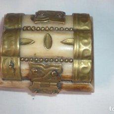 Cajas y cajitas metálicas: CAJITA DE HUESO O MATERIAL SIMILAR. Lote 194497478