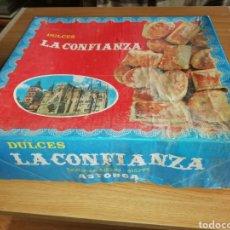 Cajas y cajitas metálicas: ANTIGUA CAJA DE DULCES LA CONFIANZA ASTORGA LEON. Lote 194513876
