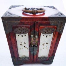 Cajas y cajitas metálicas: BONITO JOYERO CHINO REALIZADO EN MADERA LACADA CON INCRUSTACIONES Y ADORNOS EN LATÓN. Lote 194515918
