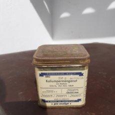 Cajas y cajitas metálicas: CAJA DE FARMACIA DE CHAPA PERMANGANATO DE POTASIO LAB. MERCK // CON CONTENIDO. Lote 194521070