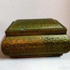 Cajas y cajitas metálicas: CAJA TIPO COFRE, EN MADERA FORRADA DE METAL EN EXTERIOR. Lote 194573956