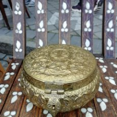 Cajas y cajitas metálicas: CAJA TAILANDIA SIGLO XX EN LATÓN TRABAJADO. Lote 195241975