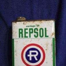 Cajas y cajitas metálicas: LATA ACEITE REPSOL ANTIGUA DE 2 LITROS. Lote 195427981