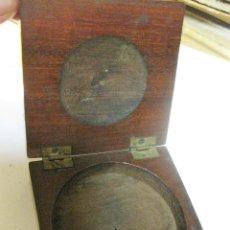 Cajas y cajitas metálicas: ANTIGUA CAJA DE MADERA PARA MEDALLA , BRUJULA MONEDA 7 / 2 CM EXTERIOR . 6 CM DIAMETRO INTERIOR. Lote 195503067