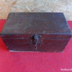 Cajas y cajitas metálicas: CAJÓN DE MADERA CON LLAVE Y CIERRE. Lote 197168856