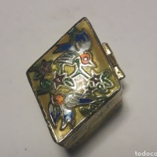 Cajas y cajitas metálicas: CAJITA PASTILLERO DE BRONCE Y ESMALTE CLOISONNE. Lote 199875445