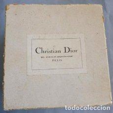 Boîtes et petites boîtes métalliques: ANTIGUA CAJA PARA SOMBREROS - CHRISTIAN DIOR - 30, AVENUE MONTAIGNE PARÍS - AÑOS 40-50. Lote 200346427